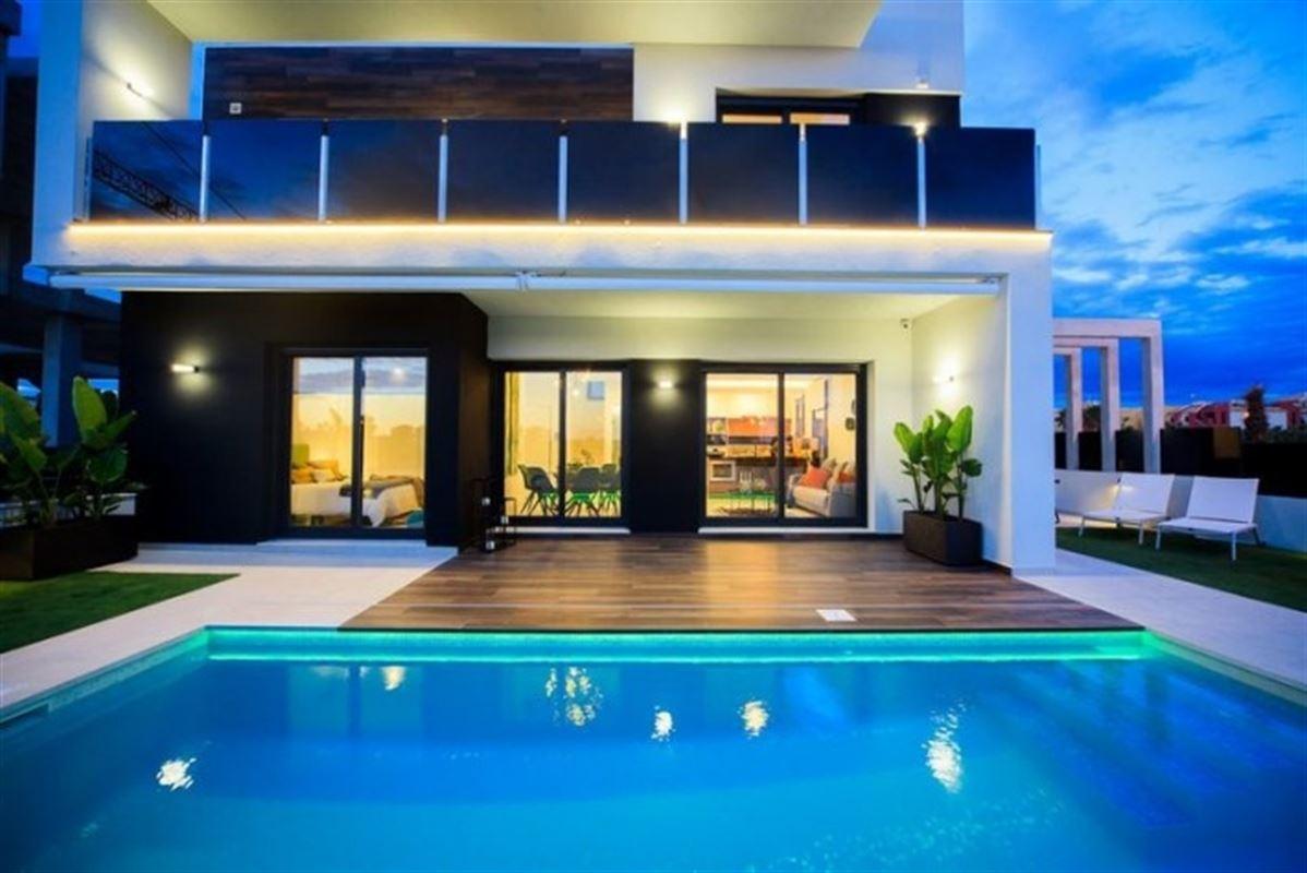 Image 5 : Villa à  TORREVIEJA (Espagne) - Prix 369.000 €