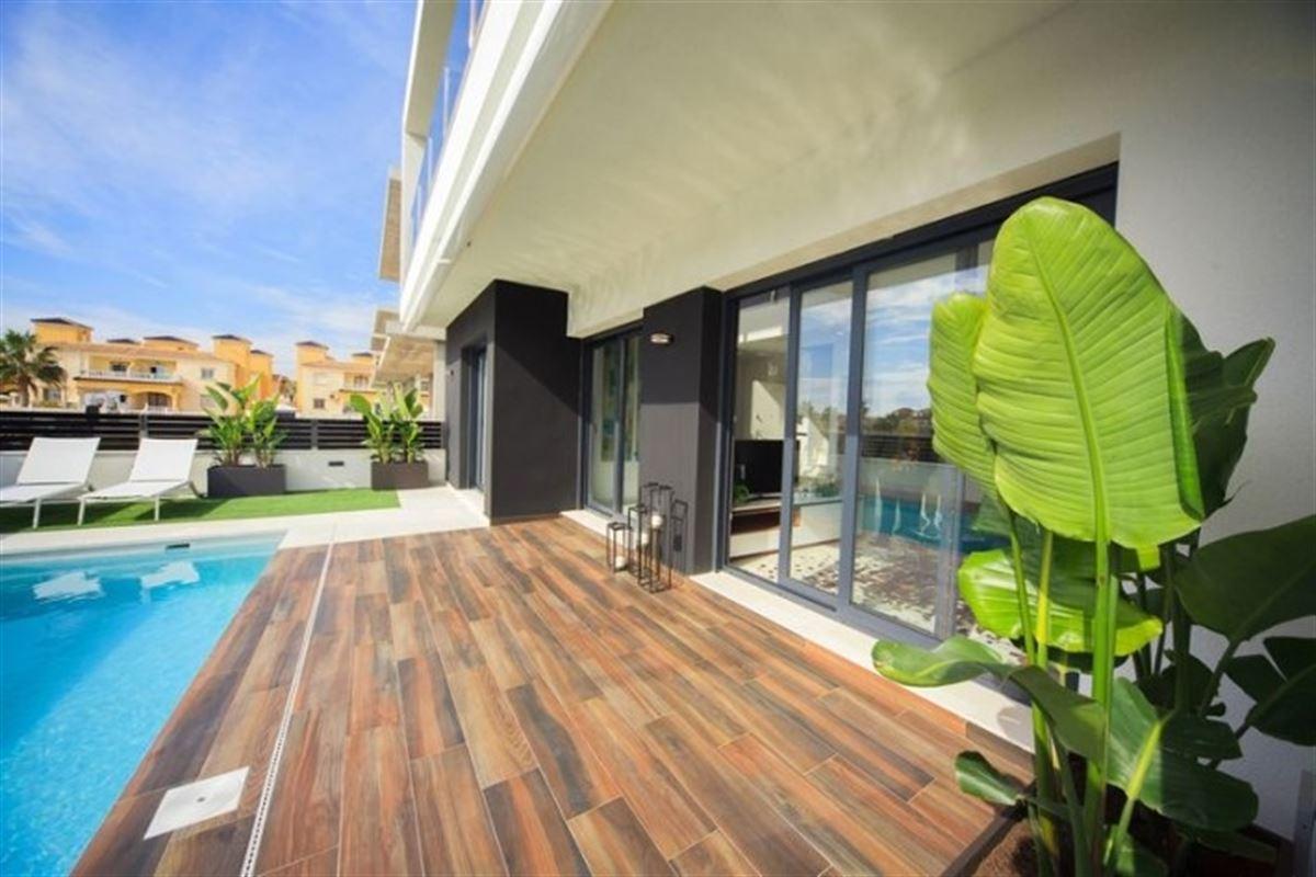 Image 6 : Villa à  TORREVIEJA (Espagne) - Prix 369.000 €
