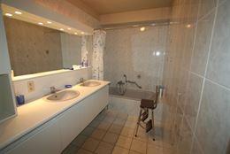 recent appartement op de 2de verdieping - ruime living - ingerichte keuken met vaatwas, oven en micro-oven - ingerichte badkamer met dubbele lavabo en...