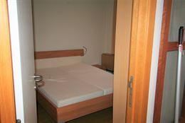 TE HUUR OP JAARBASIS - Hoekappartement aan de zonnekant - 1ste verdieping - ingerichte keuken - ingerichte badkamer met douche en toilet - berging met...
