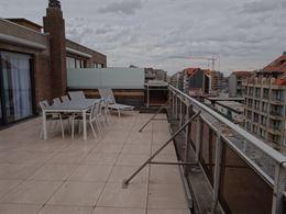 TE HUUR OP JAARBASIS - gerenoveerde penthouse met 2 slaapkamers - ruime inkom met toilet en vestiaire - living met toegang tot groot zonneterras - ing...