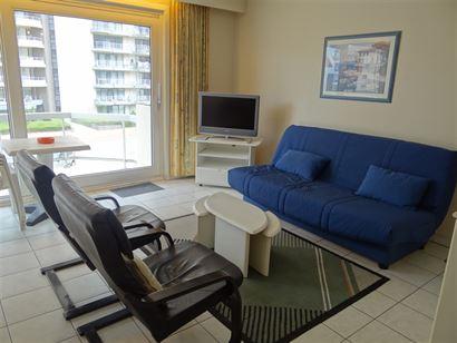 GEMEUBELD TE HUUR OP JAARBASIS - gelegen op de 2de verdieping - ruime woonkamer met terras - ingerichte open keuken met elektrisch fornuis, frigo en o...