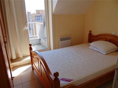 TE HUUR OP JAARBASIS - recent appartement in het centrum van de winkelstraat Nieuwpoort Bad - vijfde verdieping - ingerichte keuken - ingerichte badka...