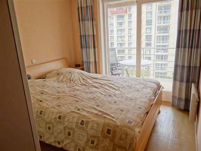 TE HUUR OP JAARBASIS - ruim en recent appartement met 2 slaapkamers -  slaapkamer met 1x2 bed en douchekamer - slaapkamer met opklapbed 1x2 - ingerich...