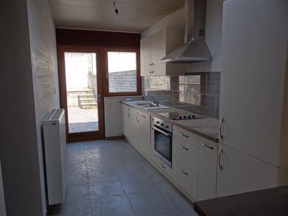TE HUUR OP JAARBASIS - rijwoning met 2 slaapkamers in Nieuwpoort Stad - verdieping 0: nieuwe ingerichte keuken met frigo, diepvries, vaatwas, oven en ...