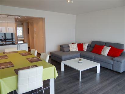 A LOUER A L'ANNEE - totalement rénové - 7eme étage sur la digue piétonnière - avec vue sur mer - cuisine équipée avec frigo, lave-vaisselle, fo...
