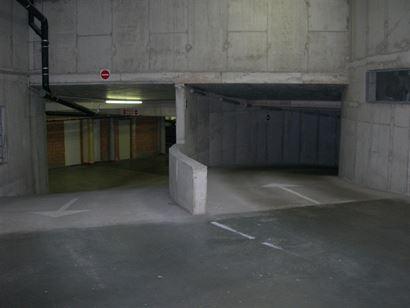 Res. APOLLO G11.05.21 - Afgesloten garagebox op niveau -0,5 - Afmetingen: 2.72 x 4,97 m - Volle eigendom - In- en uitrit in de Franslaan...