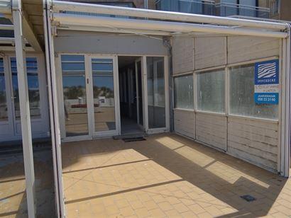 Commerciële ruimte in het centrum van de autovrije zeedijk Nieuwpoort Bad. Winkel + woonst = 70 m² Voorbouw winkel = 30 m² Zonnetent zeedijk = 1...