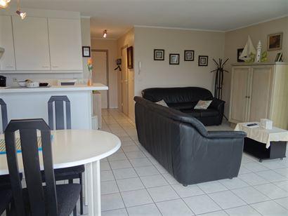 A LOUER A L'ANNEE - bel appartement en coin au 6eme étage - salon côté soleil avec divan lit 1x2 - vue latérale sur mer sur le côté - cuisine ou...