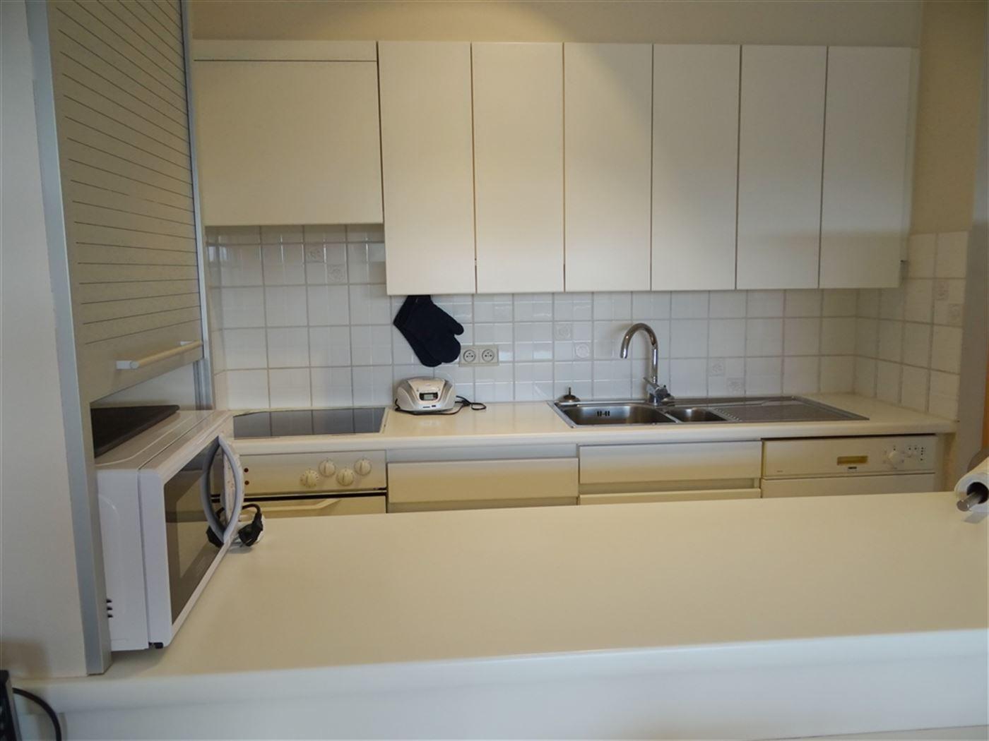 GEMEUBELD TE HUUR OP JAARBASIS - Zeer netjes appartement gelegen op de 4de verdieping - woonkamer met zonneterras - ingerichte open keuken met elektri...