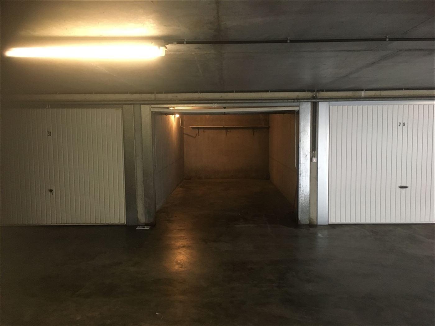 Vierbarke nr. 30 - garagebox gelegen op niveau -1 Gemakkelijk in te rijden Afmetingen: 2,80 x 6 m Afmetingen poort: 2,40 x 1,93 m...