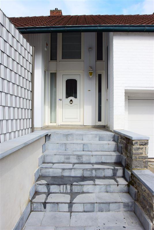 <br />Très jolie maison 3 façades avec jardin et garage située dans une rue [..]